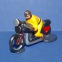 Moto jaune suiveur course cycliste