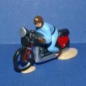 Moto bleue suiveur course cycliste