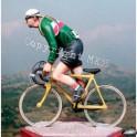 Coureur cycliste  position assise années 40